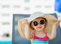 brýle a klobouk to je letní styl