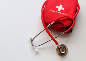 Balíček první pomoci a lékařský stetoskop