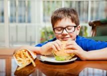 dítě jí hamburger