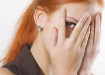 žena se dívá skrz prsty
