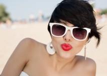 dívka ve slunečních brýlích posílá polibek