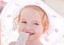 Dítě jí sušenku