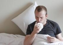 nemocný muž v posteli kašle