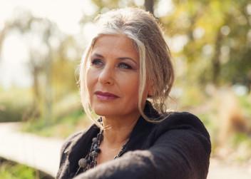 zena_50let_park_lavicka_priroda_menopauza