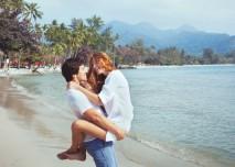 pár se objímá na pláži