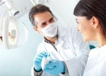 zubař ukazuje jak si čistit zuby