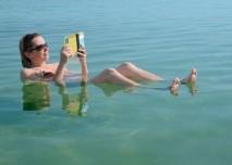 koupající a opalující se žena v mrtvém moři