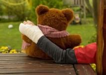 zlomena, ruka, sadra, dite, medvidek, plysak