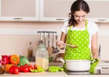 žena vaří v kuchyni