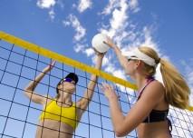 krásné mladé volejbalistky si užívají léto
