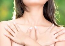 žena s rukama překříženýma na hrudníku