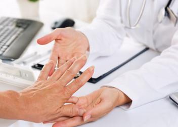 revmatoidni_artritida_artritida_lekar_vysetreni_ruce_pacient