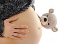 těhotná žena s plyšovým medvídkem
