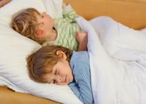 děti leží v posteli
