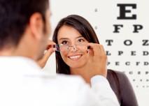 žena na prohlídce u očního lékaře