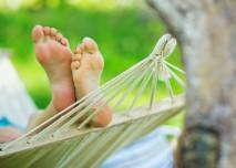 nohy vykukující z houpací sítě