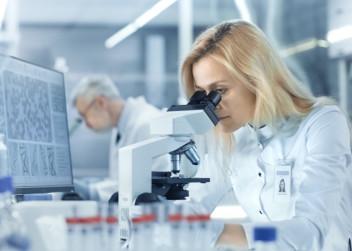 biologicka_lecba_vedec_vyzkum_zkumavka