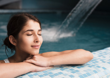 žena_bazén_relax