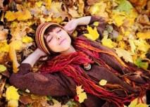žena leží na podzimním listí