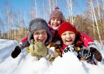 děti si hrají ve sněhu