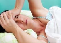 žena v posteli nemůže usnout