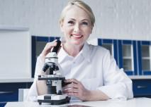 Lékařka s mikroskopem