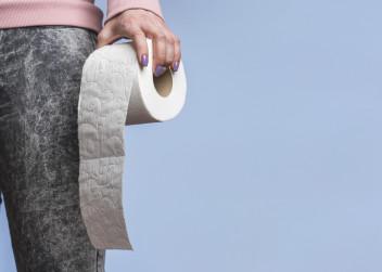 hemoroidy_toaleta_zena_toaletni_papir