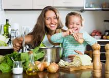 maminka se synem vaří