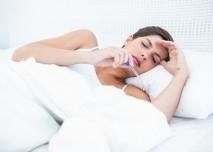 nemocná žena v posteli