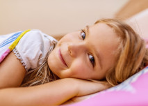 holčička leží v posteli