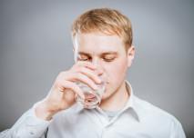 muž pije vodu