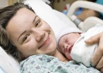 matka s dítětem v náručí po porodu