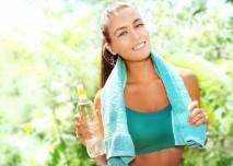 žena s ručníkem a vodou