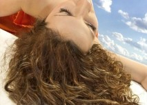 snící žena, vznášející se, fakntazie, představy, krása, oblaka