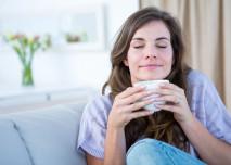 žena s kávou