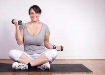 obézní žena hubne cvičením s činkami