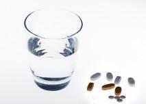 Tablety se sklenicí vody, zdroj: http://freerangestock.com/