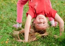 veselé dítě na trávě dělá most