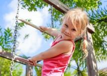 dítě si hraje na hřišti