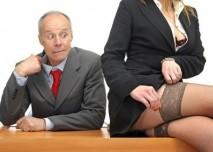 dívka svádějící šéfa v krajkových punčoškách :)