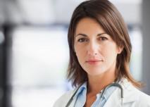 mladá seriózní doktorka