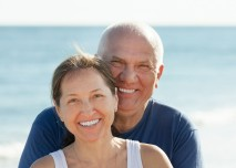 starší spokojený pár na cestách