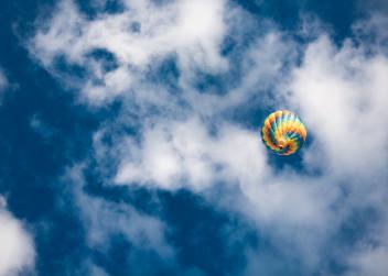 Hokovzdušný balón a modrá obloha