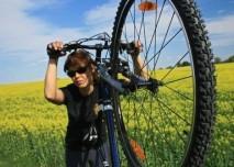 cyklistka,žena na kole v polích