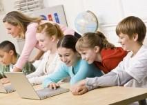 děti ve škole před počítači
