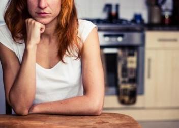 žena u kuchyňského stolu