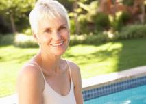 seniorka u bazénu