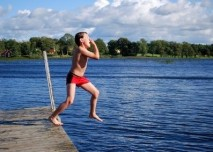 dítě skáče do vody