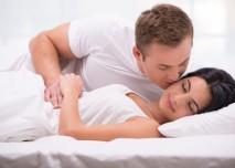 manžel líbá spící ženu na tvář