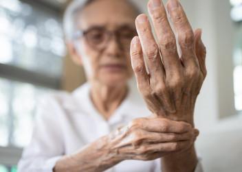 zena_dama_babicka_bolest_kosti_osteoporoza